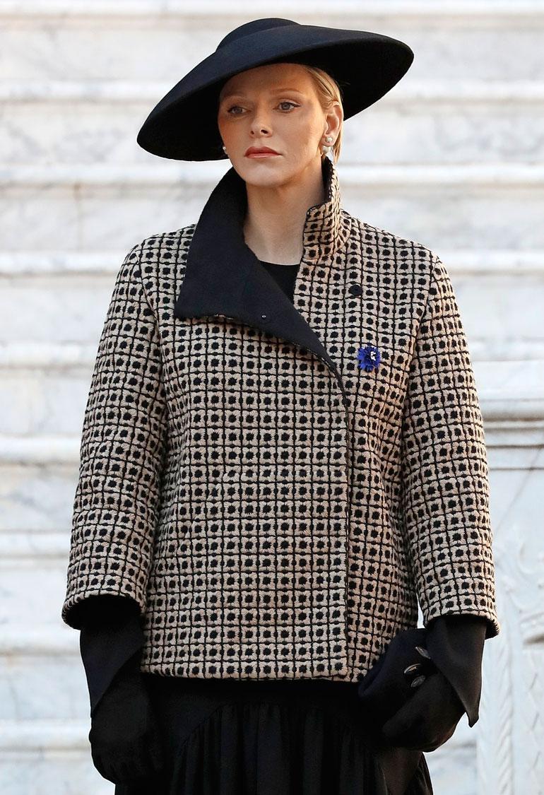 """Monacon ruhtinatar Charlene ei näytä iloitsevan mistään, vaikka valuuttaa riittäisi vaikkapa mieltä piristävään shoppailuun vuorokauden jokaisena tuntina. Charlenen lasketaan ostaneen uutta päällepantavaa viime vuonna """"vain"""" 66 600 eurolla eli 5 500 eurolla kuukaudessa."""