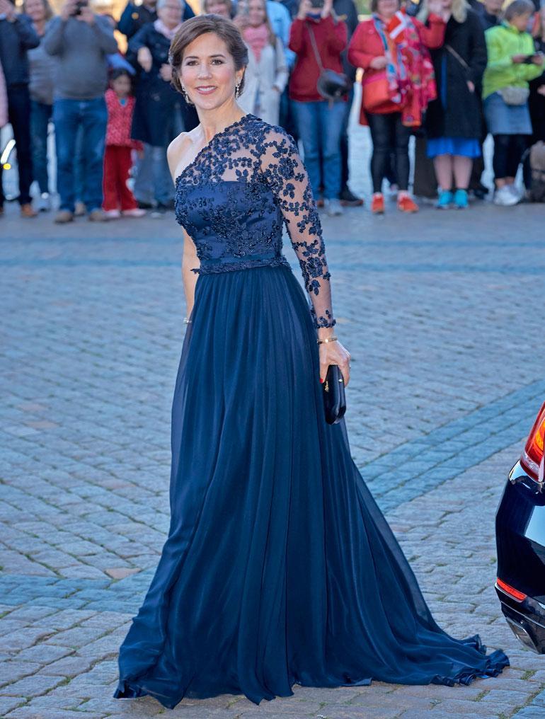 Siniveristen naisten törsääjälistan kakkossijalla loistaa yllättäen Tanskan kruununprinsessa Mary, jolla paloi viime vuonna 111 560 euroa edustus- ja oloasuihin. Ilmeisesti väittämä skotlantilaisten saituudesta ei pidä paikkansa, sillä Maryn vanhemmat ovat aitoja ylämaalaisia. Tosin he pääsivät paremman elämän makuun jo ennen tyttärensä syntymää muutettuaan Australiaan ja sieltä USA:n Teksasiin.