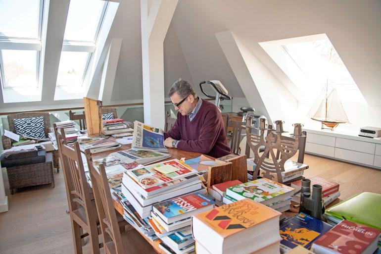 Kattohuoneiston yläkerrassa on Antin työhuone, josta lähtevät maailmalle kohukirjat ja -blogitekstit.
