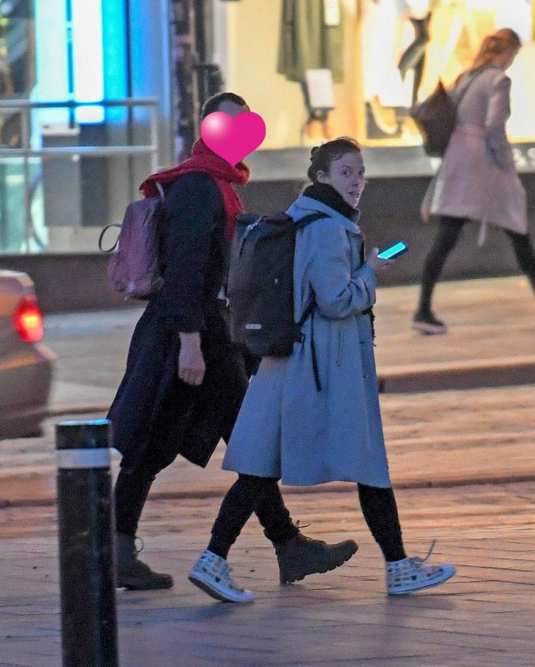 Li ja uusi rakas tarkkailivat ympäristöään huolella, sillä he vainusivat paparazzin läsnäolon.