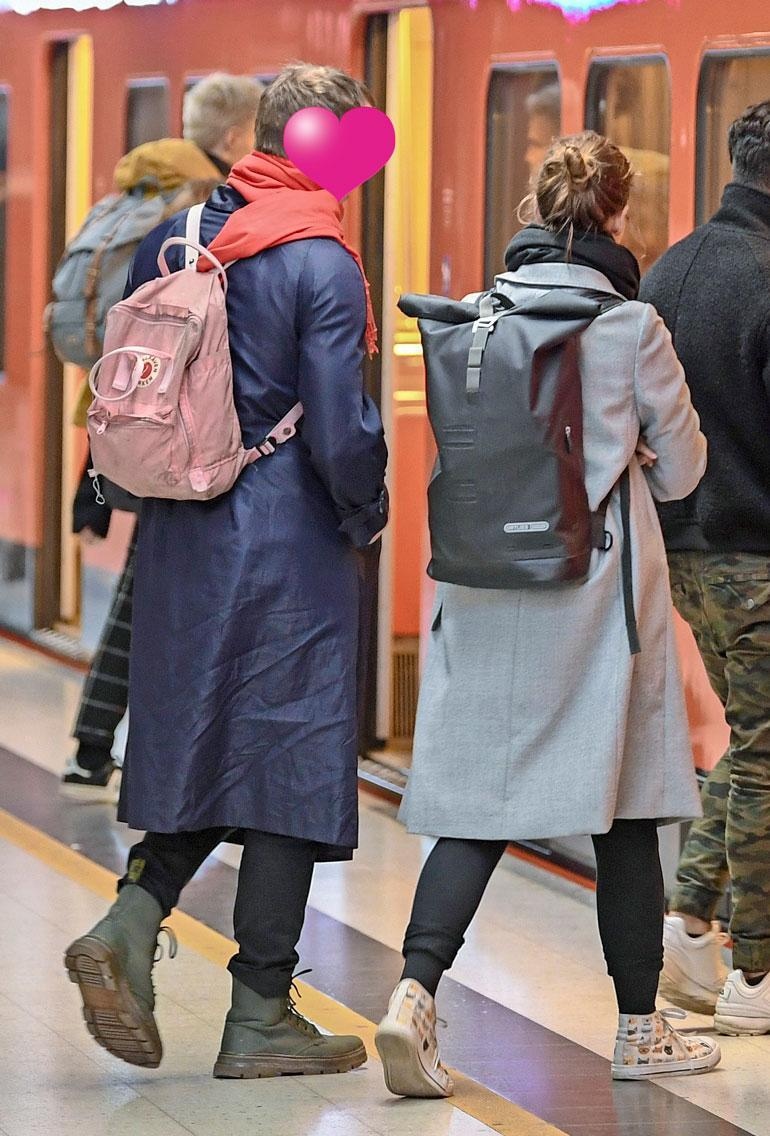 Pari hyppäsi itään päin menevään metroon. Lin miehellä oli vaaleanpunainen reppu.