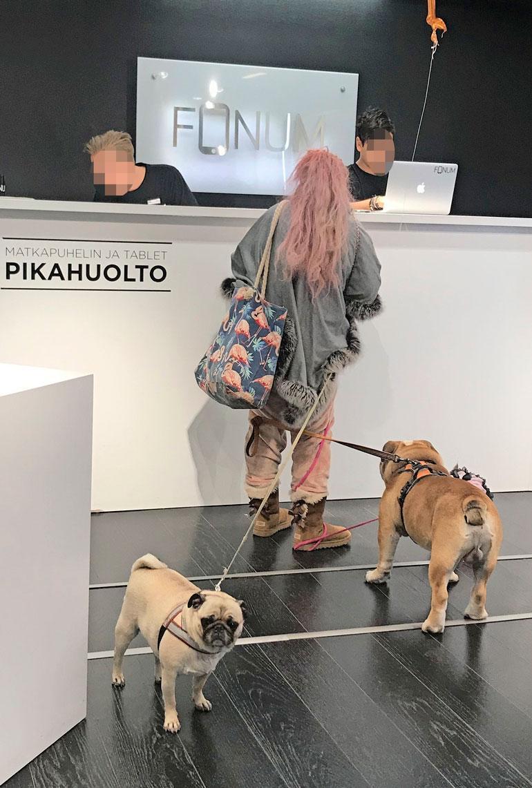 Johanna Tukiainen kännykkäliikkeessä.