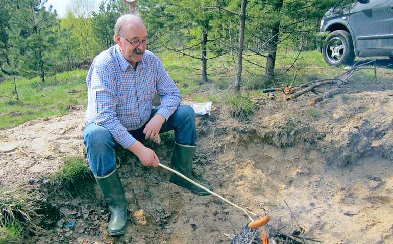 """""""Etsintäneuvos"""" Pentti Killströmille sankarivainajat ovat intohimo ja kunniatehtävä. Nykyään hän osallistuu vuosittain myös kenttähautausmaiden siistimiseen."""