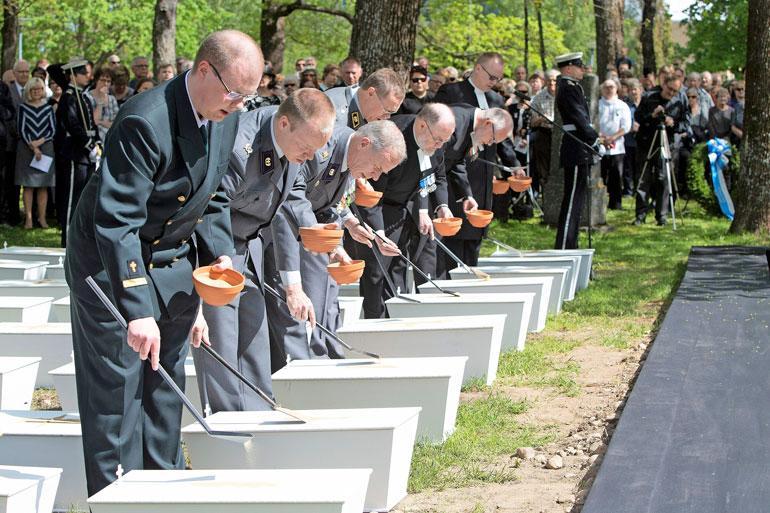 Sankarivainajat haudataan juhlallisessa seremoniassa.