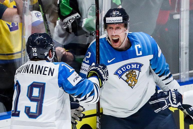 """Punalamppua sytyttänyt Marko """"Mörkö"""" Anttila latoi maaleja Ruotsia, Venäjää ja Kanadaa vastaan. Palkintona oli maailmanmestaruus."""