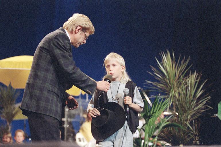 Konsta sellaisena kuin moni meistä hänet muistaa: Tenavatähti-kilpailussa vuonna 1994. Mukana menossa myös legendaarinen pianistivirtuoosi Seppo Hovi.