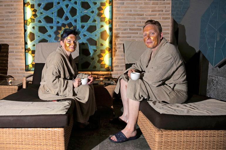 Kylpyläreissu sai parin naamat hohtamaan kuin Naantalin aurinko, sillä heille tehtiin muassa kultanaamiokäsittely.