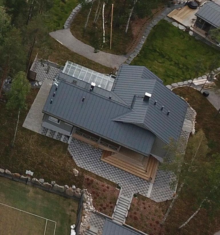 Puolen hehtaarin tontin paraatipaikalla seisoo 132-neliöinen puinen päärakennus.