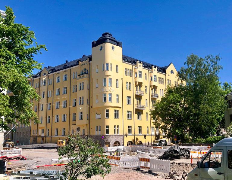 Emelie omistaa kaupunkiasunnon Helsingin ökyalueelta Eirasta. Asunnon arvo on vähintään miljoonan euron luokkaa.