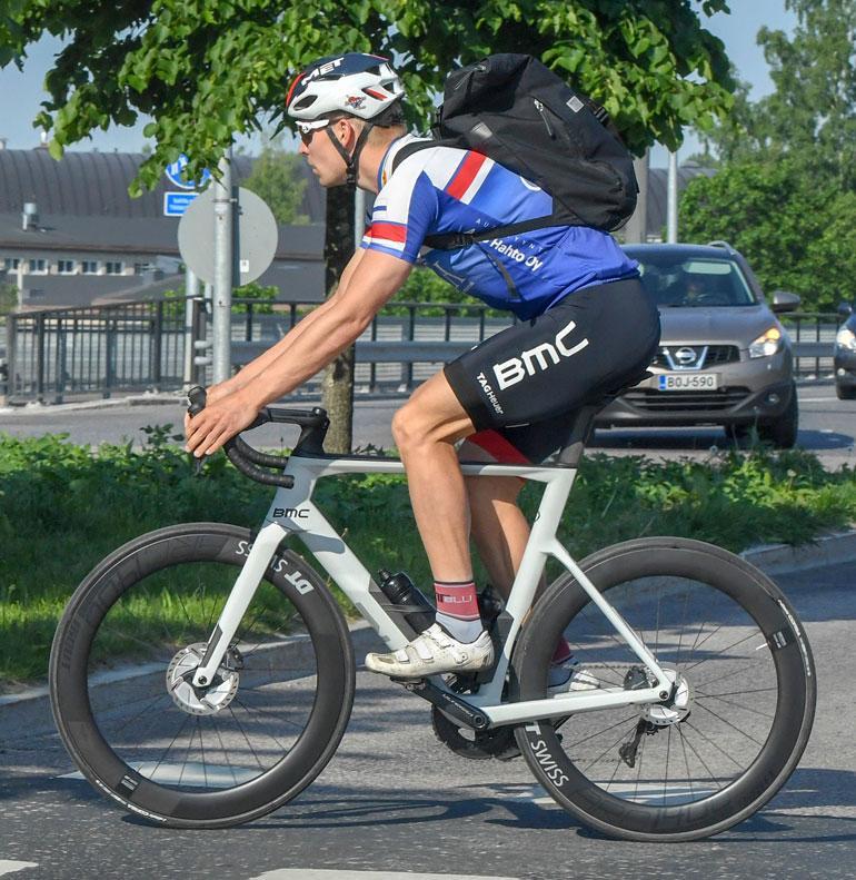 Miika taittaa arkiajot hiilikuiturunkoisella BMC-maantiepyörällä.