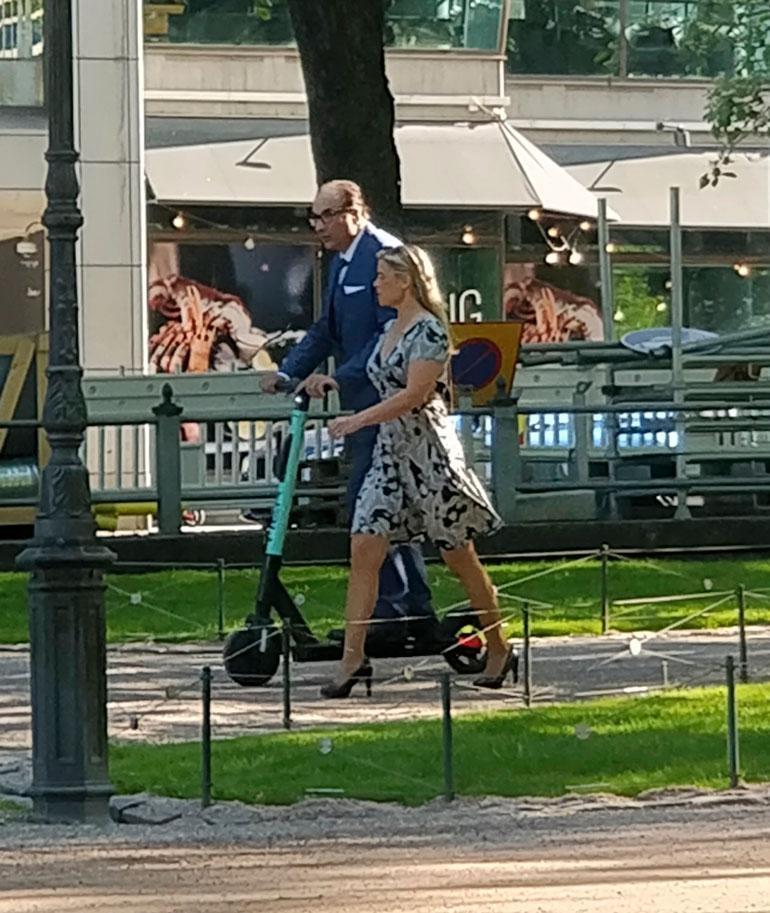Heikki Lampela ja Hanna Kärpänen sähköpotkulautailemassa.