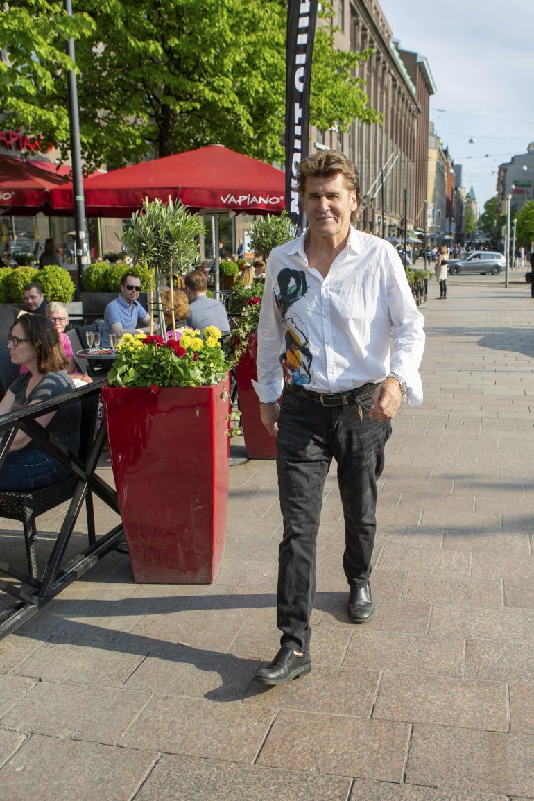 Reetu is bäk! Helsingin kaduille hyökkää viimeisen päälle huoliteltu mies morsianjahtiin.