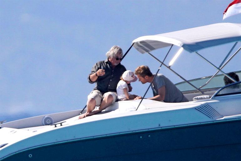 Keke-pappa ja Nico-isä lepertelivät pienokaisen kanssa luksusveneen kannella.