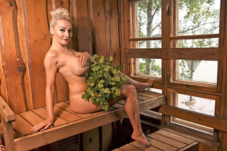 Marika Fingerroos saunassa.