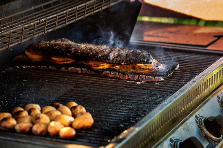 Kas näin se toimii: lohifilee lyödään lankulle, ja lankku heitetään grilliin.