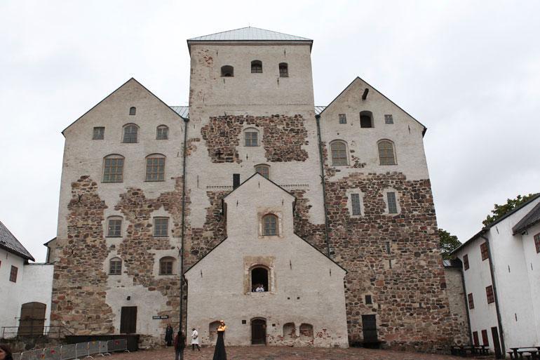 Rakastavaiset menevät naimisiin heinäkuussa Turun Tuomiokirkossa ja järjestävät jatkot Turun linnan kuningassalissa.