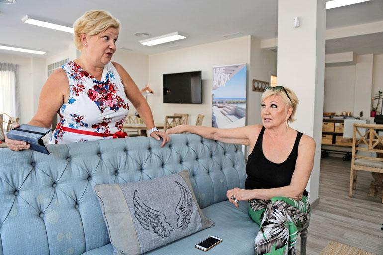 Hannele vieraili kiinteistönvälittäjänä työskentelevän Liisan luona Marbellassa. – Liisa esitteli minulle asuntoja, joita hänellä on myynnissä. Hän oli juuri myynyt kolmen miljoonan euron asunnon, mutta ei minulle ole suomalaisena näyttelijänä sellaiseen varaa.