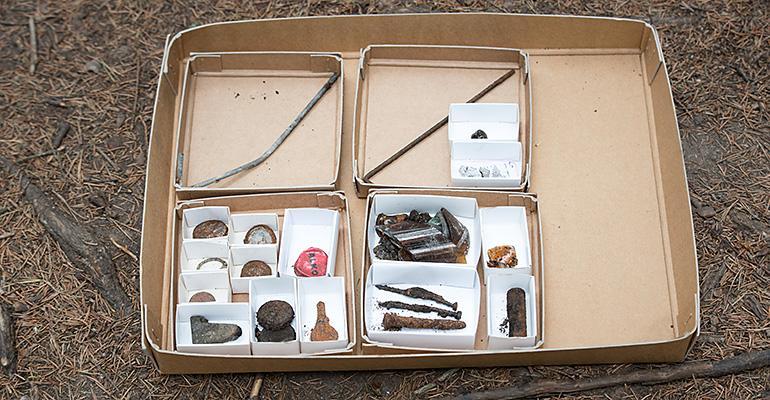 Kaikki löydöt liittyivät leirintäelämään.  Maastosta löytyi lasinsiruja, telttakiiloja, polkupyöränavain, paristo ja pullonkorkkeja.