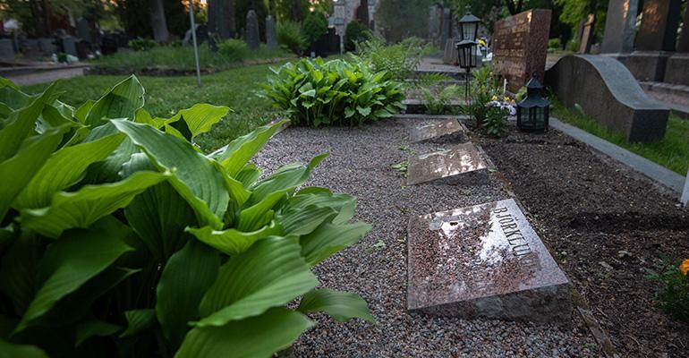 Bodominjärvellä murhatut haudattiin Helsingin pitäjänkirkon viereen vuonna 1960. Kun mysteeri ei ratkennut haudat avattiin vuonna 2004 DNA-näytteitä varten.