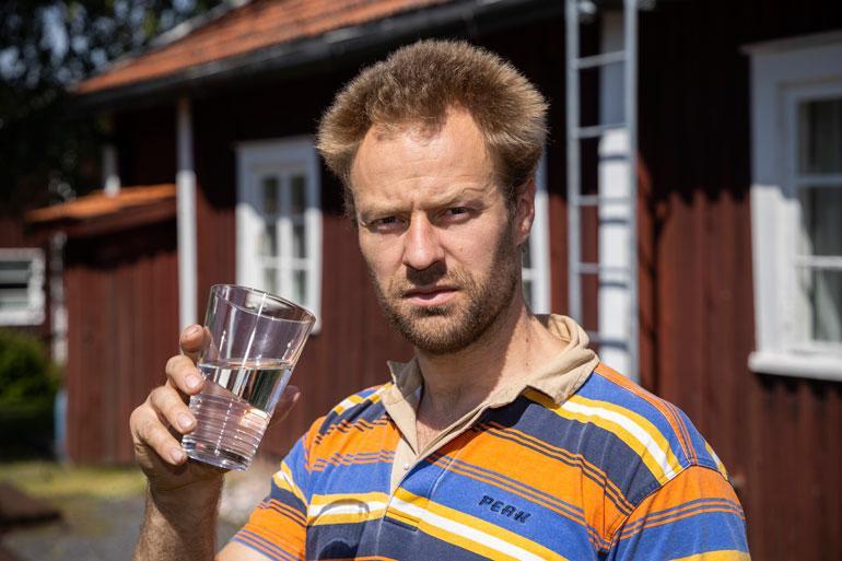– Minulla on jonkinasteinen aivovamma. Sen laajuus selviää uusissa magneettikuvaukissa heinäkuussa. Nielurefleksi on heikko, ja veden juominen hankalaa, Erkki näyttää.