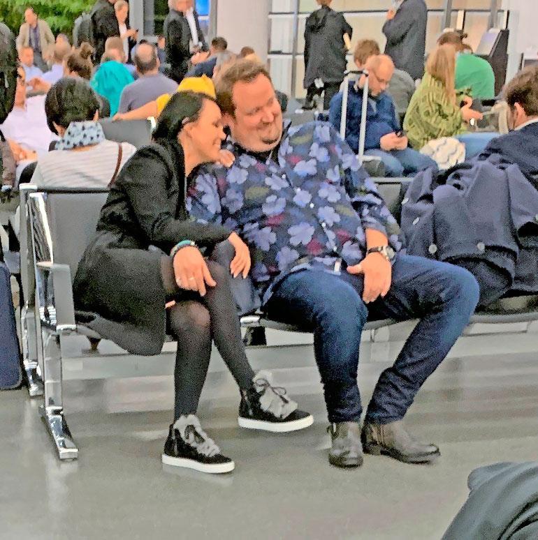  Saija seurustelee Suomen suosituimpiin lukeutuvan koomikon Sami Hedbergin kanssa.