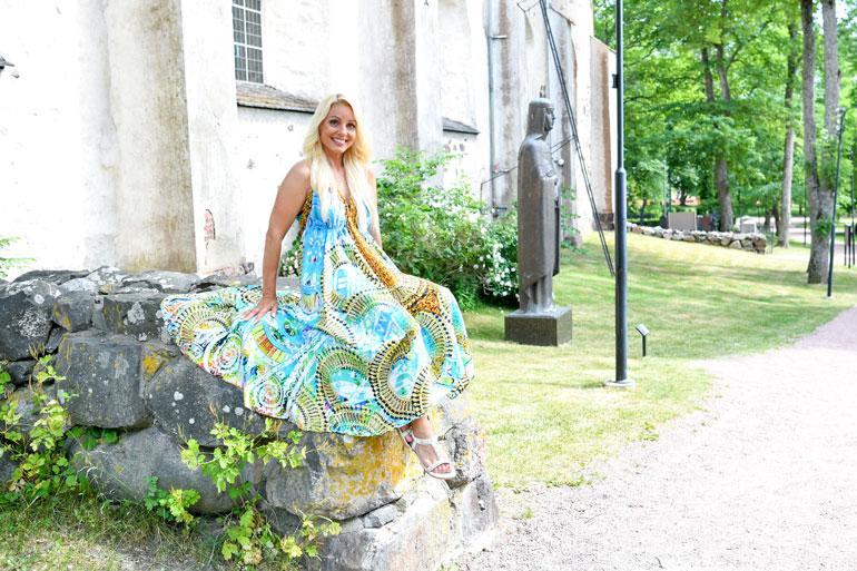 Virpi ja Tauski vihittiin Naantalin kauniissa luostarikirkossa 2003. Virpi on pienestä pitäen rakastanut vanhoja kirkkoja ja käy usein mietiskelemässä täällä. – Kirkoissa on jotenkin niin hyvä henki.