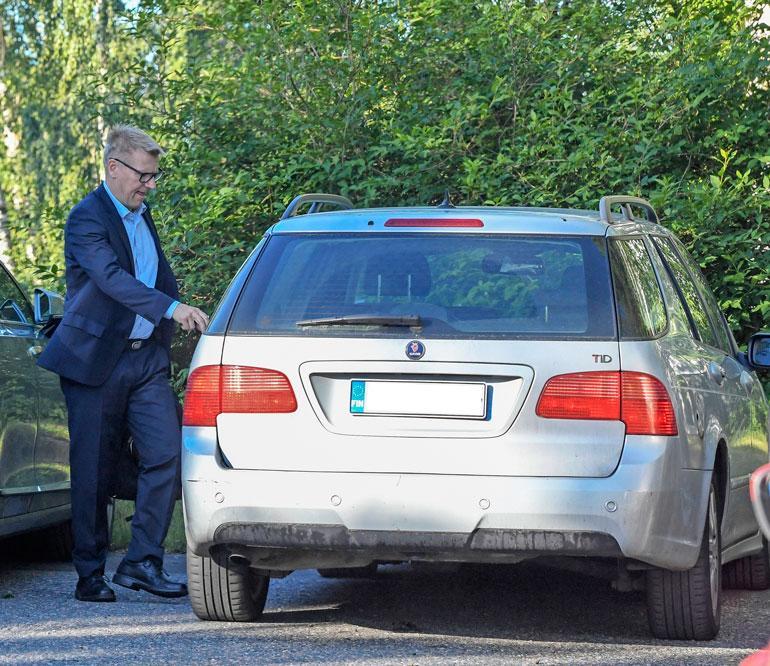 Kimmo kuskaa kultaansa yli 10 vuotta vanhalla Saabilla.