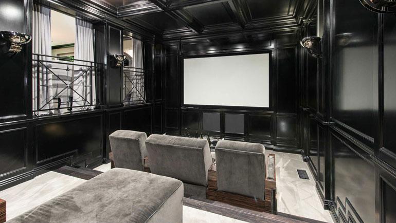 Leffateatterikin on sisustetttu arvokkain materiaalein, mikä on rohkea valinta esimerkiksi öisiä juhlia ajatellen.