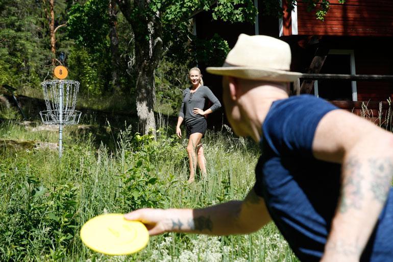 Nuuksion maisemissa riittää tekemistä joka lähtöön. – En tajunnutkaan, miten suosittua tämä frisbeegolf on maassanne! Darren huudahtaa.