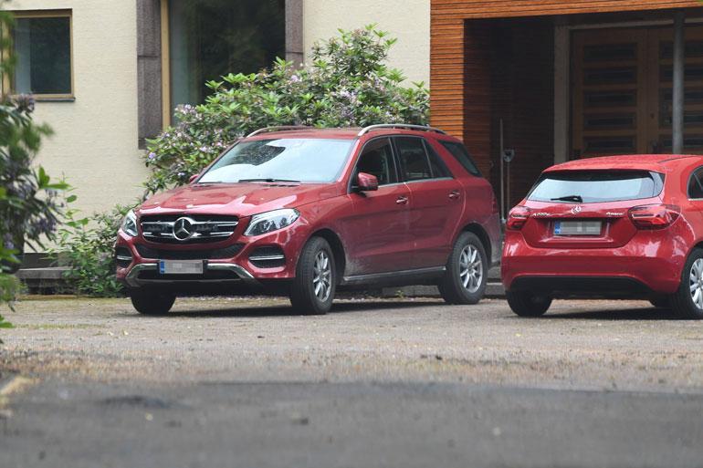 Antin kaupunkiasunnon edustalla oli kuvaushetkellä isännän oma Mercedes-Benz. Auton hinnat yltävät käytettynäkin 100000 euroon.