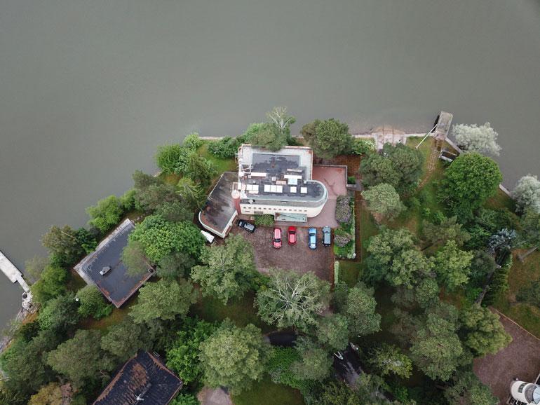 Linnamaisen talon rannassa on laituri sekä useita venepaikkoja.