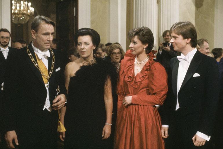 Jari on osallistunut lukuisia kertoja Linnan juhliin presidenttipari Mauno ja Tellervo Koiviston Assi-tyttären puolisona.