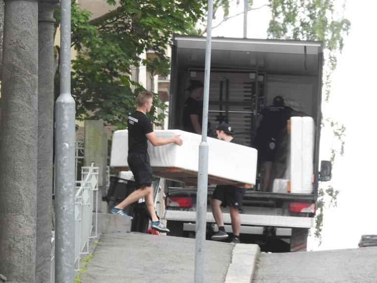 Muhkeat sängyt pakattiin toiseen muuttoautoon.