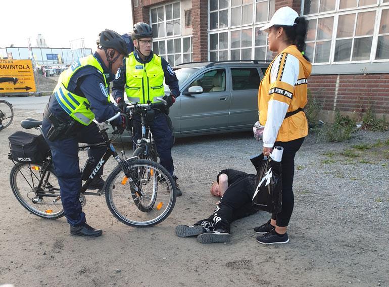Polkupyöräpoliisit tulivat tarkastamaan maahan lyyhistyneen Sampo Kaulasen kunnon.