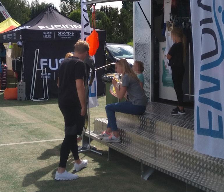 Kun Martina kävi lauantaina triathlon-kilpailua Joroisissa, Stefan tutustui kisa-alueen kauppoihin.