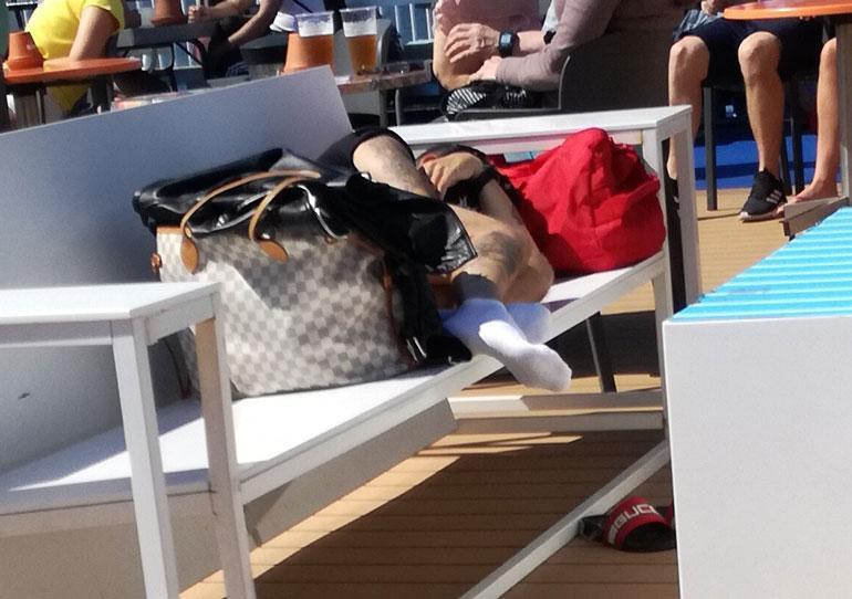 Uniikki nukahti kovalle penkille Eckerö Linen M/S Finlandian aurinkokannella viime perjantaina.