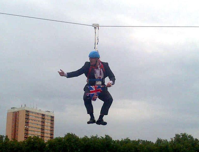 Julkisuustemppu päättyi nolosti, kun Lontoon silloisena pormestarina Boris jäi roikkumaan valjaisiin keskelle vaijerirataa.