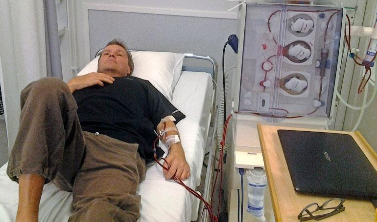 Jari käy kolmesti viikossa dialyysissa sairaalassa. Hoitamaton diabetes johti munuaisten vajaatoimintaan. – Lopetan hoidot nälkälakon alkaessa, Jari sanoo.
