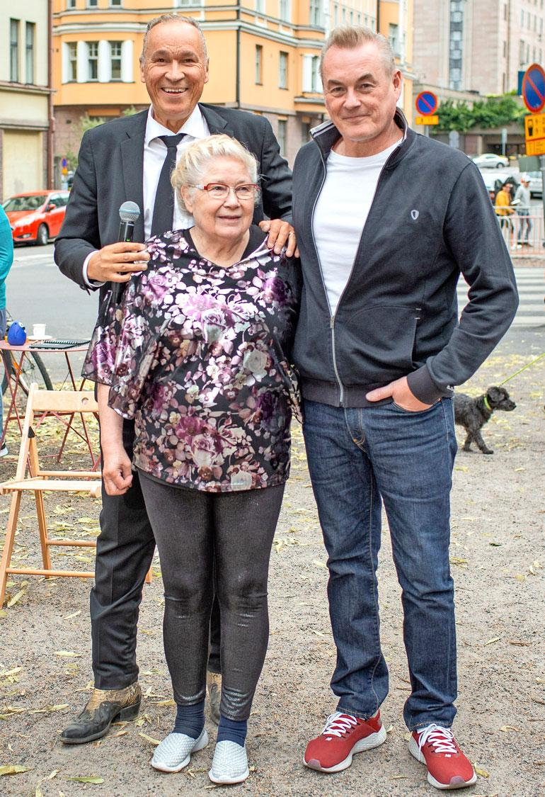 Ile järjesti Jaskan Grillin pitkäaikaiselle myyjälle Aliisa Karhumäelle ikimuistoiset 80-vuotissyntymäpäivät. Vierellä Arto Nyberg.