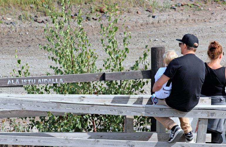 Kimi ei kiellosta (kuvassa vas.) välittänyt, vaan meni Robinin kanssa aidan päälle istumaan.