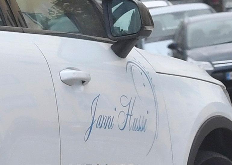 Jannin nimi näkyy selkeästi auton kyljestä.