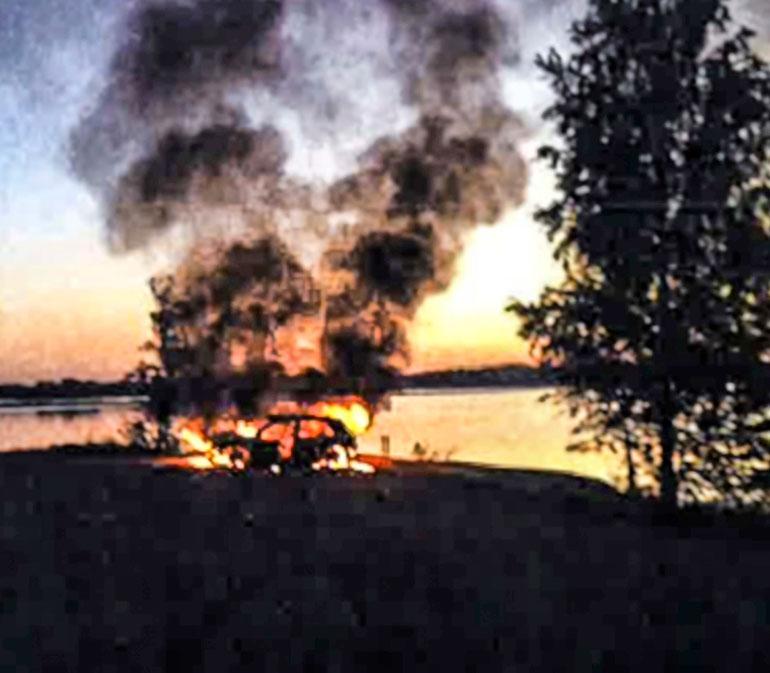 Valvontakamerat tallensivat auton palamisen Lauritsalan satamassa.