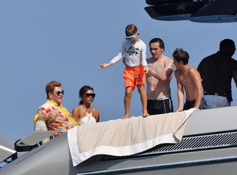 Brooklyn (kesk.) ja Romeo (oik.) Beckham opastivat Elton Johnin nuorempaa poikaa Elijahia uimahypyissä.