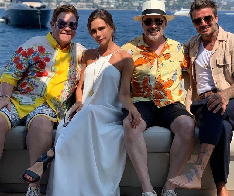 Perheet julkaisivat ystävysten veneretkestä kunnon poseerauskuvan Instagramissa.