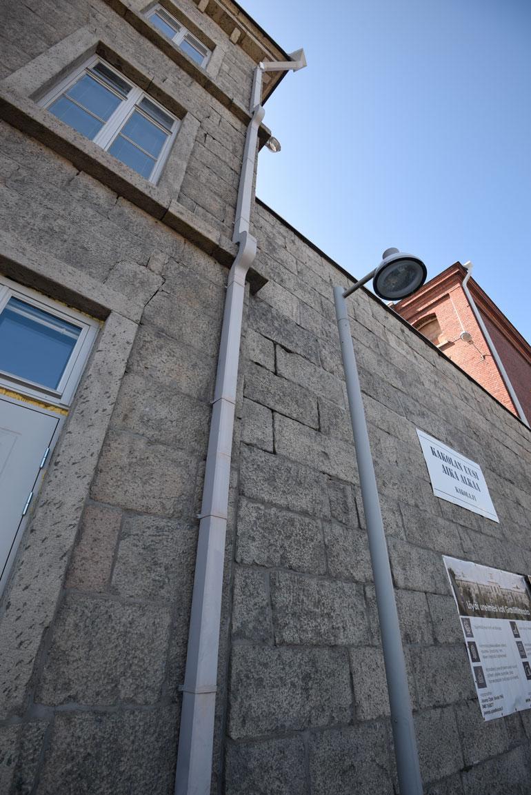 Tältä kohdalta Kari pudotti lakanoista sidotun köyden ja laskeutui alas. Vangit pakenivat yön pimeydessä Kakolan katon kautta.