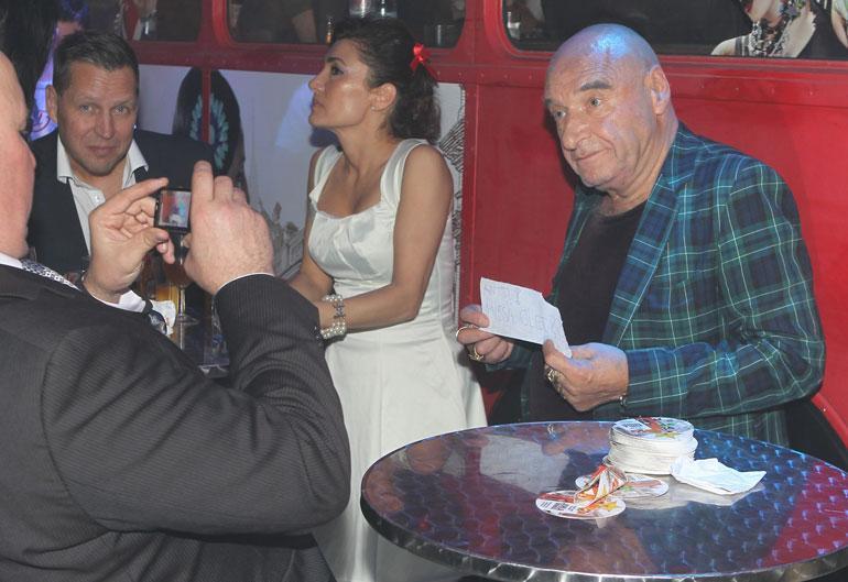 Paul Murphy, Diana-vaimo ja Remu Aaltonen olivat vuonna 2012 Seiskan synttäreiden kutsuvieraina Helsingissä.