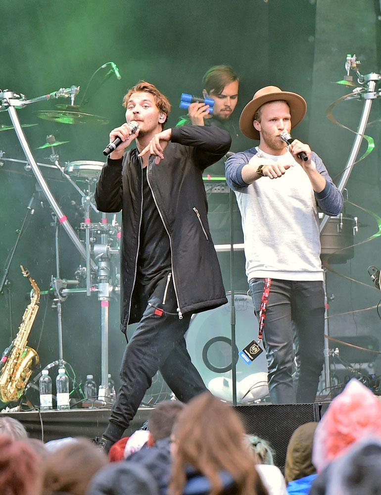 Roope Salminen ja koirat -yhtye on tunnettu useista hiteistään, kuten Madafakin darra.
