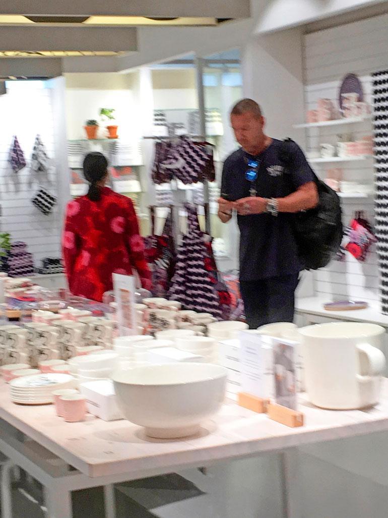 Punainen mekko ei tällä kertaa päätynyt Kayn ostoslistalle.  Renny seisoi koko ostosreissun kärsivällisesti sivussa katsellen kännykkäänsä.