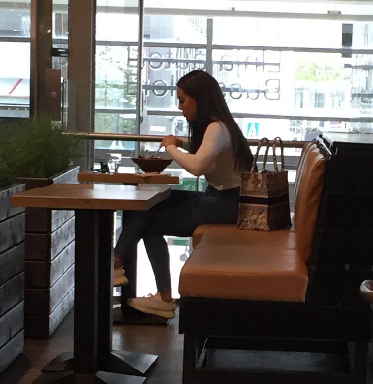Sofia Belorf ja ökylaukku salaatilla.