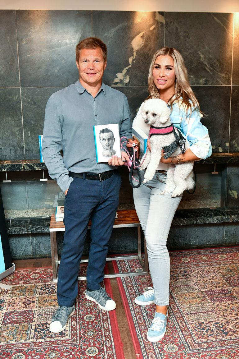 Mika Salo edusti puolisonsa Henna Pihlajan ja Elli-koiran kanssa hyvän ystävänsä Iiro Seppäsen elämäkerran julkistamistilaisuudessa.